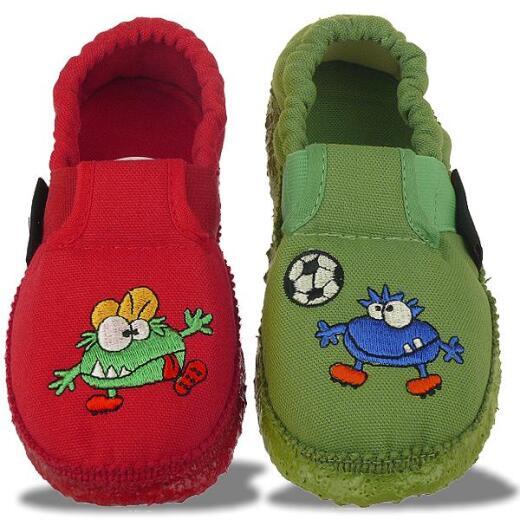 Giesswein Alf Hausschuhe Kleine Monster Spielen Fussball Rot Oder Grun Gr 25 35 29 15